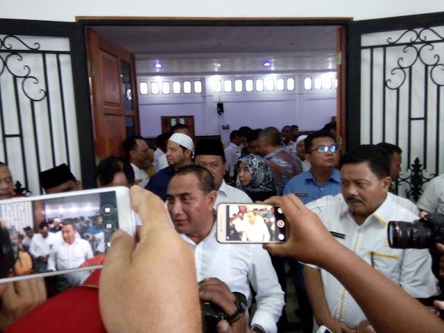 Gubsu Edi Rahmayadi memberikan keterangan kepada wartawan saat kunjungan kerja ke Kabupaten Labura.