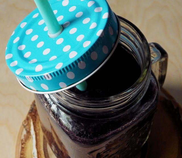 czarne detoksykujące smoothie z quinoą węglem i malinami lodovo