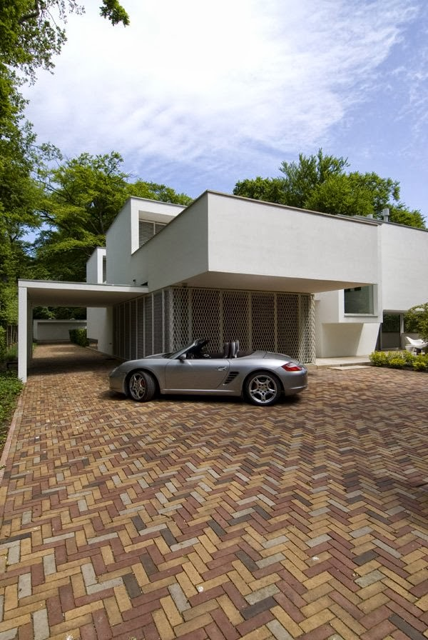 Car in front of Modern home by Clijsters Architectuur Studio