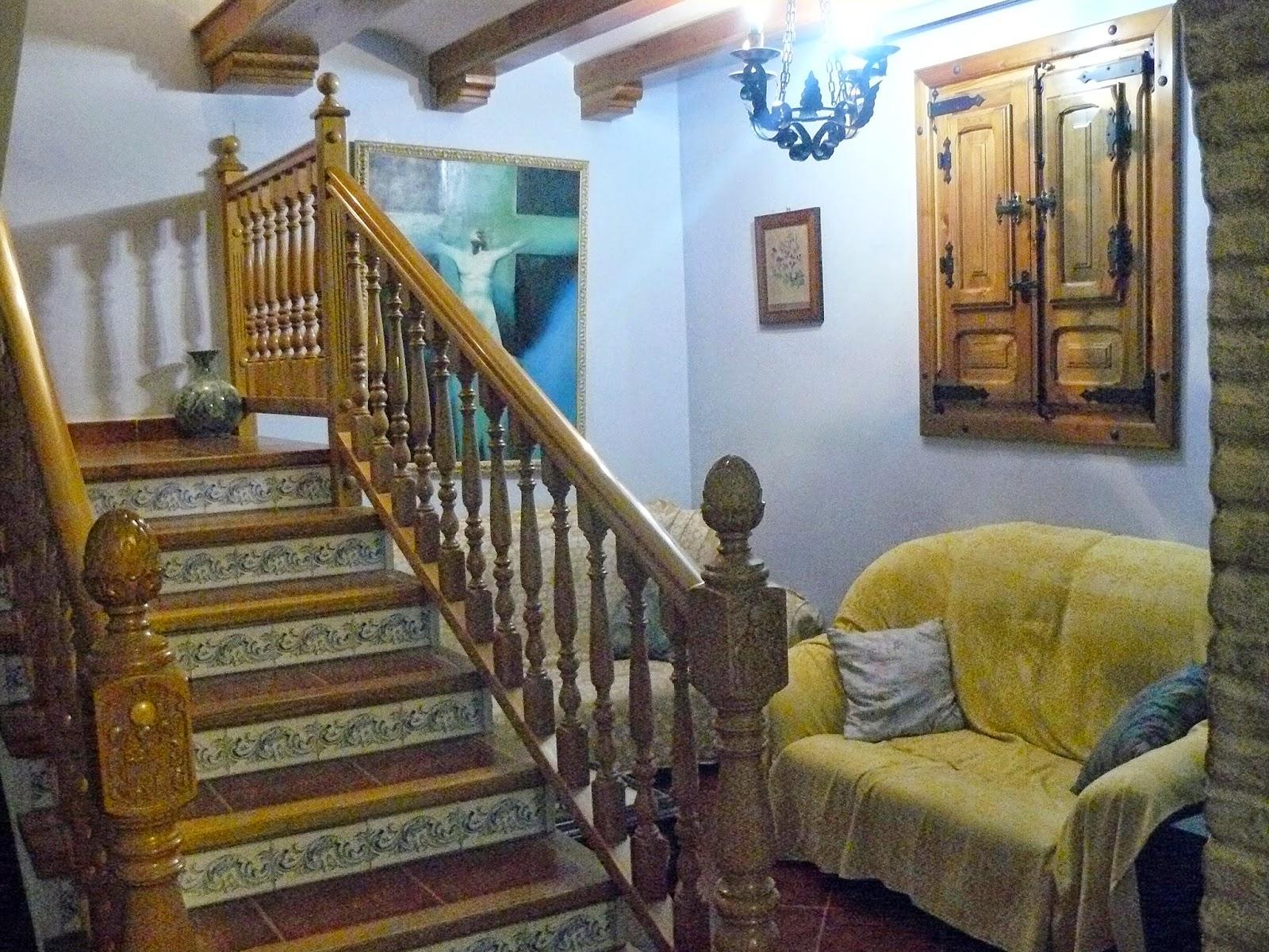 Escalera y sala de estar