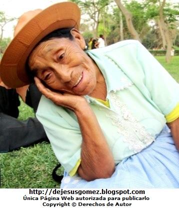 Foto de anciana coqueta posando para la cámara. Foto de mujer anciana de Jesus Gómez