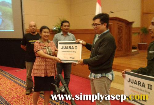 FIRST WINNER :  Juara pertama Lomba Blog Pesona Kalbar 2017 di raih oleh Bang Dodon Jerry yang menyabet hadiah utama uang tunai. Foto Asep Haryono