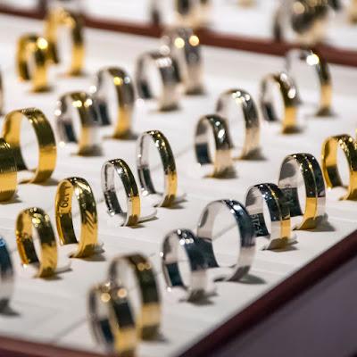 To make minimalist jewelry stand out use proper lighting | NileCorp.com