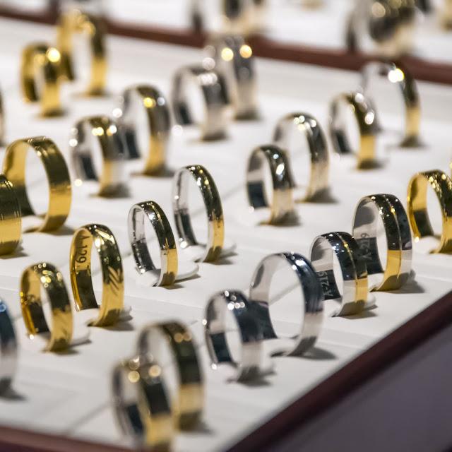 To make minimalist jewelry stand out use proper lighting   NileCorp.com