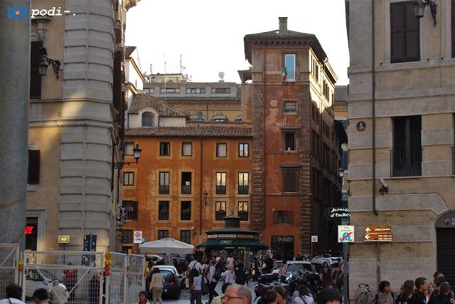 Roma, salita dei Crescenzi, accanto al Pantheon