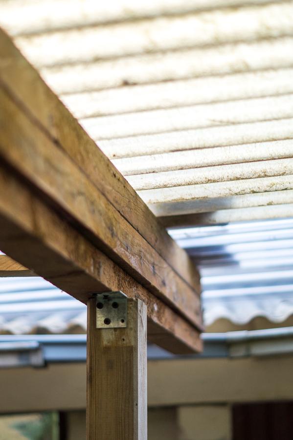Blog + Fotografie by it's me! | fim.works | DIY: Unterstand für Mülltonnen und Schubkarre bauen | Konstruktionshölzer und Dach