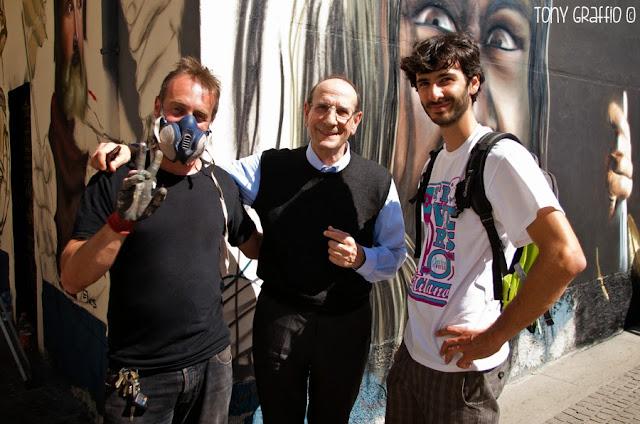 Don Augusto Casolo, il committente del grande mural, tra un Gatto e Jacopo Verdesca, coordinatore dell'evento.