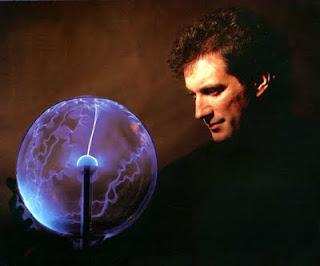 Larry Fast en la contraportada del álbum Metropolitan Suite (1987), con una esfera de plasma