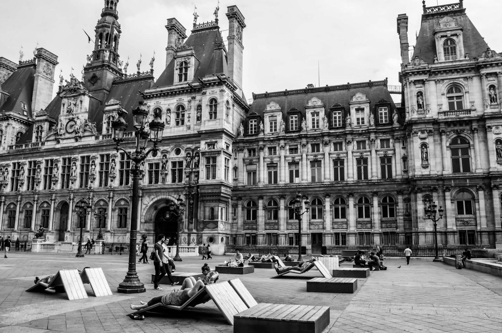 Pessoas deitadas em espreguiçadeiras em Paris