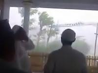 Subhanallah! Hujan Badai Berhenti Seketika Saat Adzan Dikumandangkan