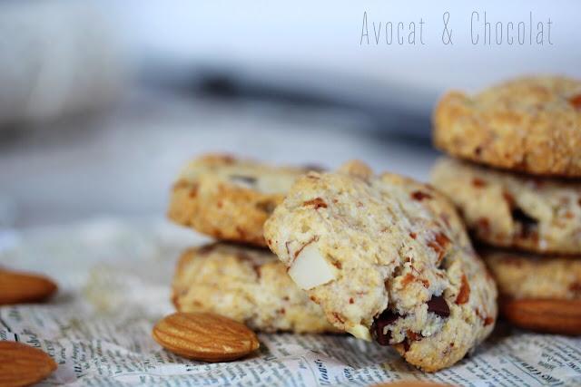 """alt=""""de délicieux cookies aux amandes posés sur un vieux journal et une bouteille de lait en verre en arrière plan"""""""