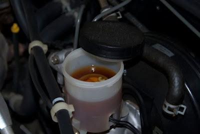 Kiểm tra và bảo dưỡng hệ thống phanh trên ô tô - quan sát khoang động cơ