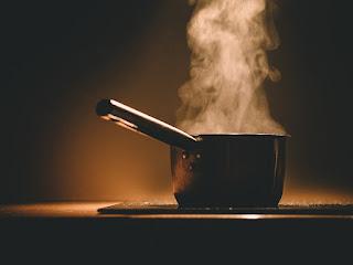 Cazuela al fuego con agua y vapor