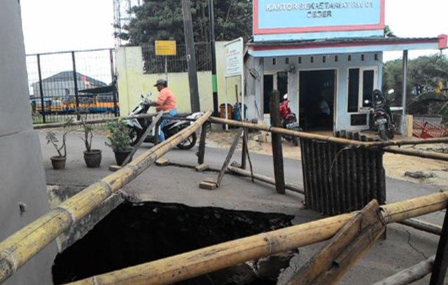 Melapor lewat Qlue, Ketua RW 01 Ceger Senang Jalan Ambles Langsung Diperbaiki
