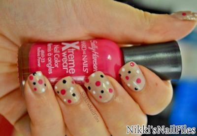 polka dots; manicure with polka dots