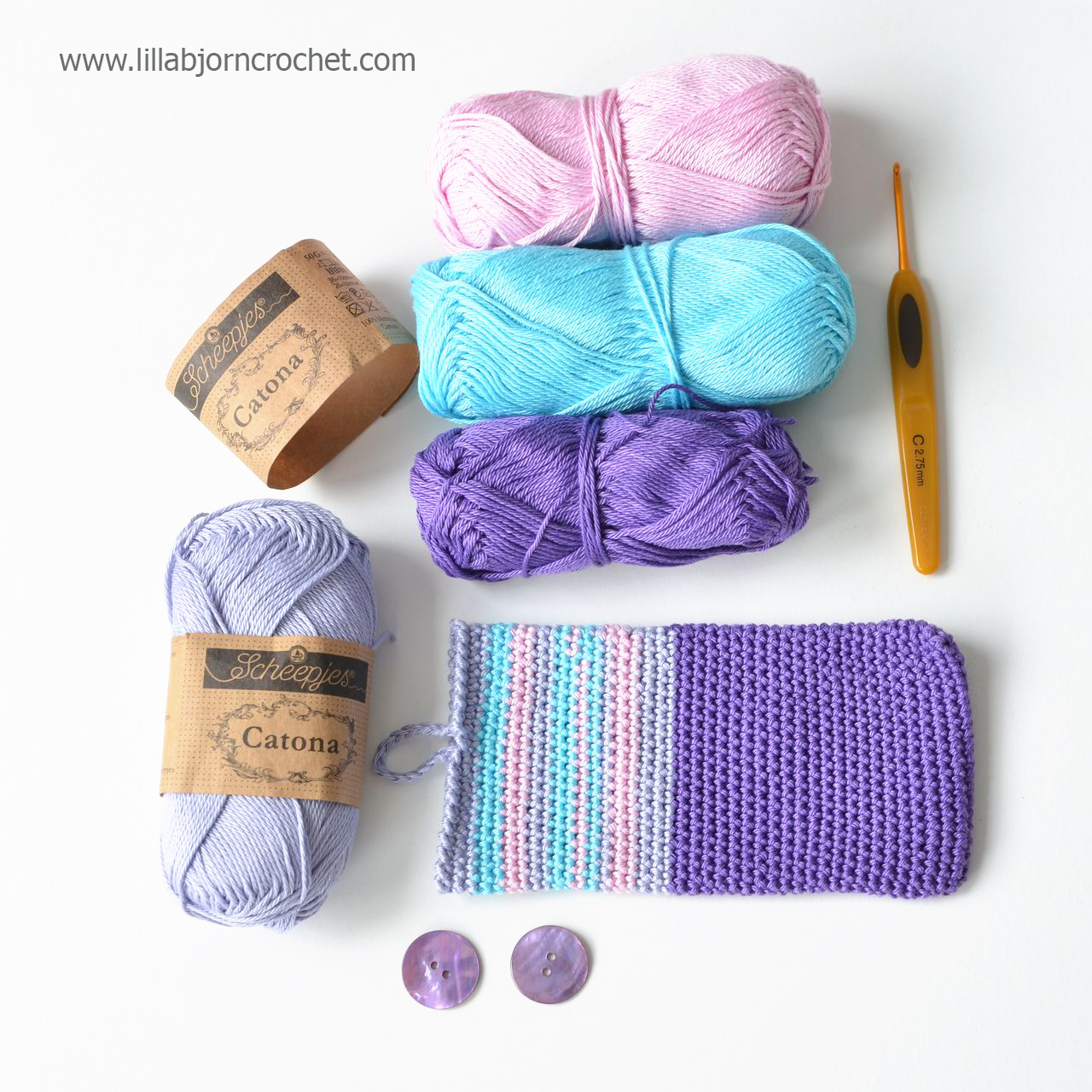 Easy to make crocheted cozy for a mobile phone or tablet. With small mandala decor. Free pattern by Lilla Bjorn Crochet
