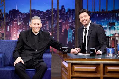 Padre Marcelo e Danilo durante entrevista (Crédito: Gabriel Cardoso/SBT)