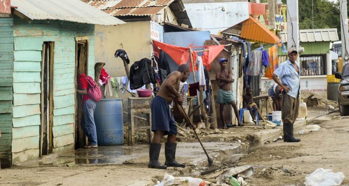 Las aguas mantienen a cinco comunidades incomunicadas