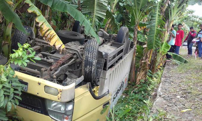 Diterjang Angin Mobil Kampas Terjungkal