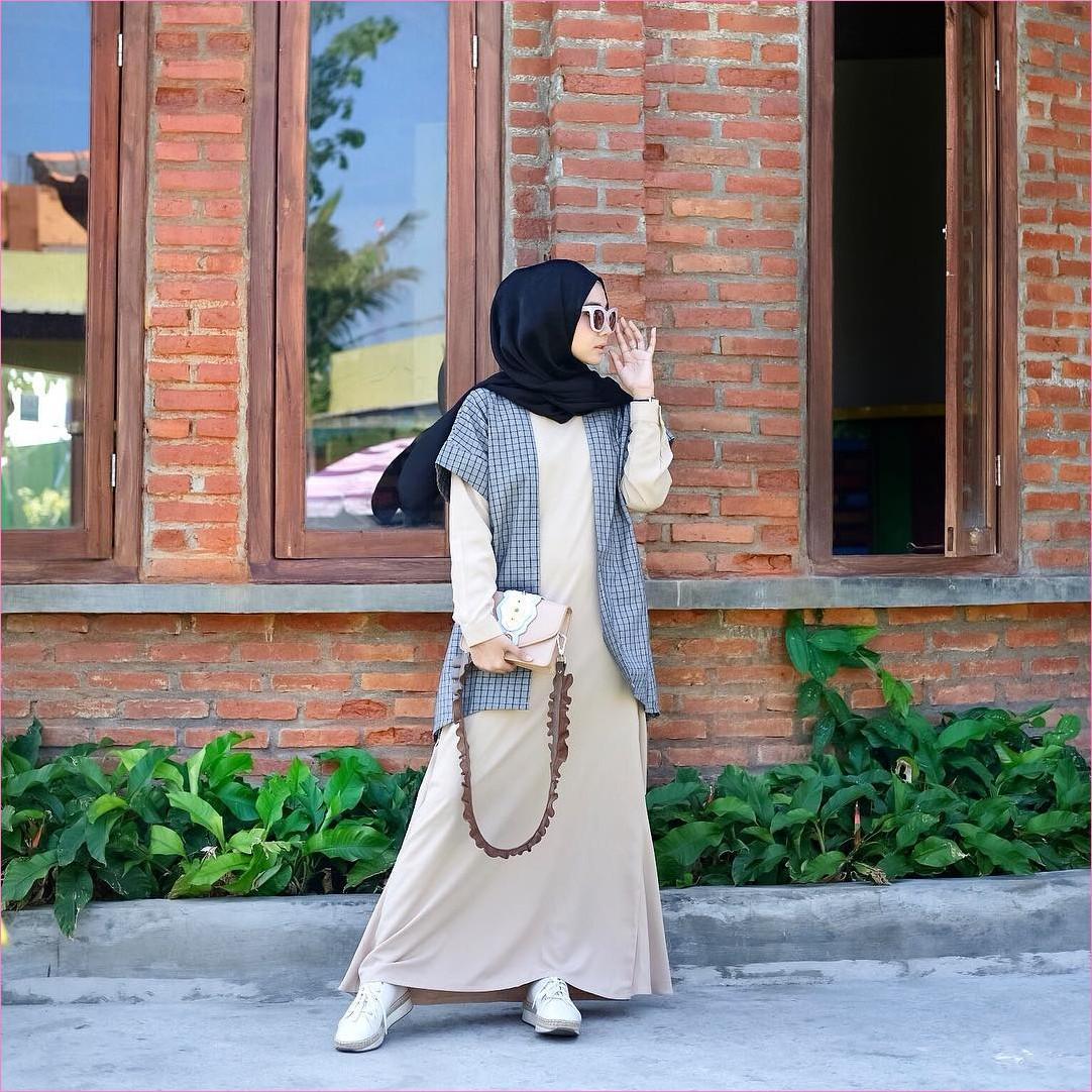 Mix And Match Outfit Baju Luaran (Inner) 2018 Ala Selebgram t-shirt pendek kotak kotak biru tua gamis abaya krem muda sneakers kets putih kacamata bulat slingbags hijab pashmina diamond hitam pashmina rawis ootd trend jam tangan jendela