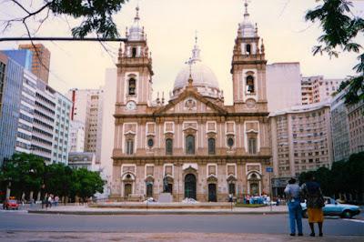 A Igreja da Candelária no Rio de Janeiro, próxima ao Teatro Municipal, fotografada em meados de 1996. (Texto escrito originalmente para o Facebook em 24 de julho de 2014)