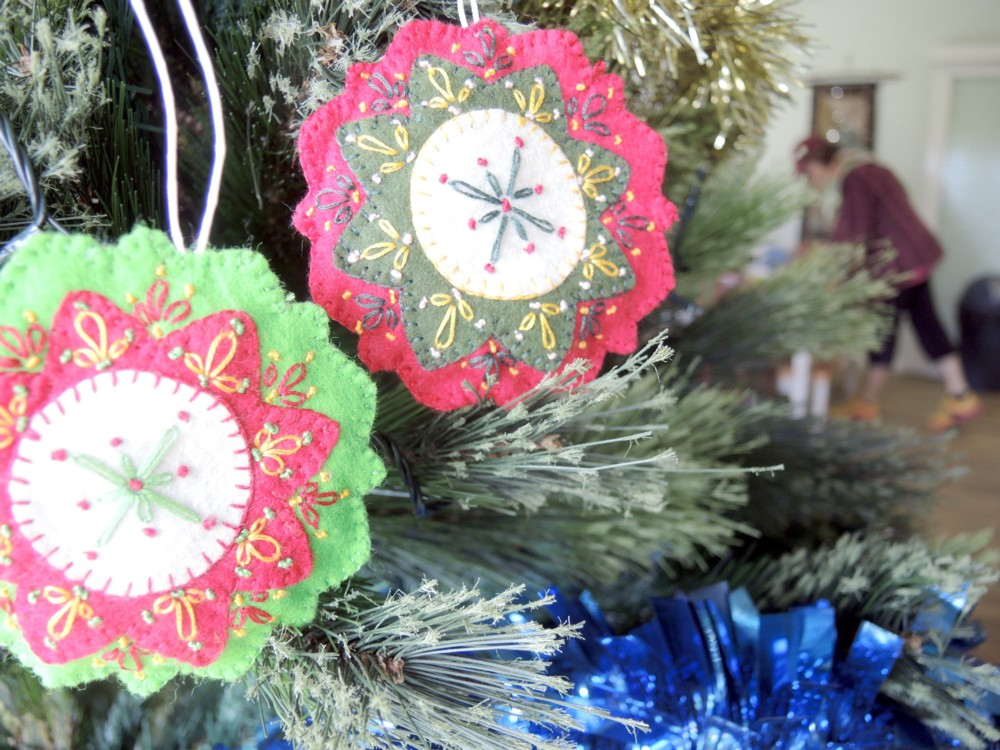 katiecrackernuts.blogspot.com.au || handmade christmas tree decorations felt and embroidery