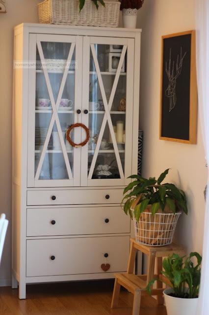 biała witryna Hemnes, biały stół Ingatorp Ikea, białe krzesła Ingolf, metamorfoza witryny Hemnes, biała matowa farba akrylowa Śnieżka Supermal,