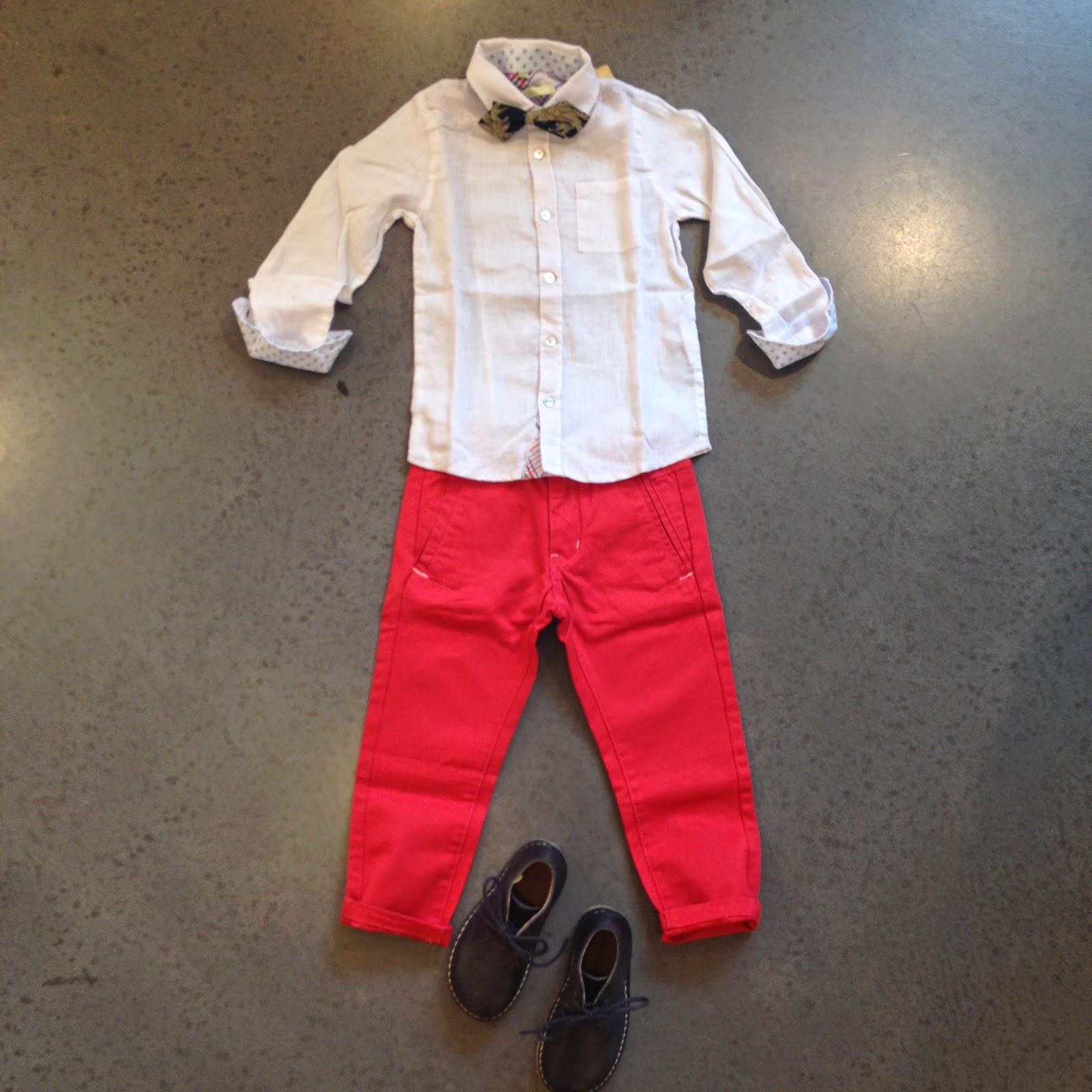 2314302a Rød bukse fra Molo, 3 - 10 år. Skjorte fra Aston Martin, 2 - 7 år. Sløyfe  fra Scotch Shrunk, one size. Sko fra Bisgaard