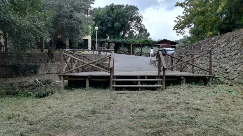 Estrado em madeira com escadas