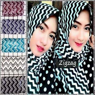 Contoh model jilbab pashmina monochrome zigzag terbaru
