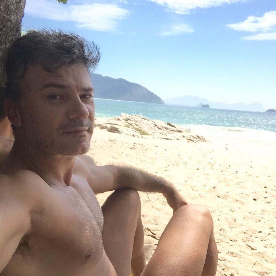 Leonardo Vieira diz que contou para os pais que era gay aos 15 anos, após flagra do irmão