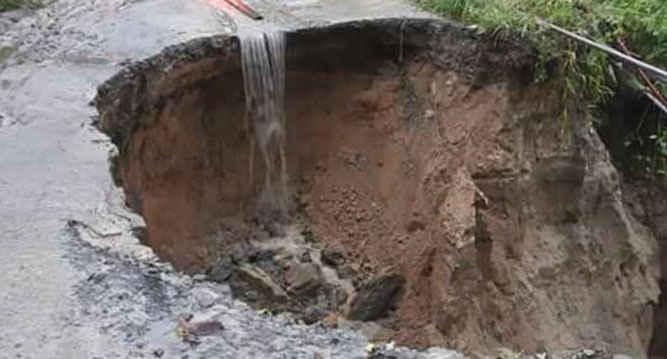 Hujan lebat yang mengguyur Kota Ambon, dalam beberapa hari terakhir mulai mengakibatkan tanah longsor di beberapa kawasan dan desa di ibu kota provinsi Maluku tersebut.