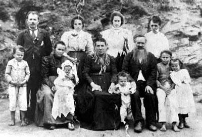 A família de Timoteo Dalmonech, Santa Teresa, 1924. Fotógrafo não identificado.