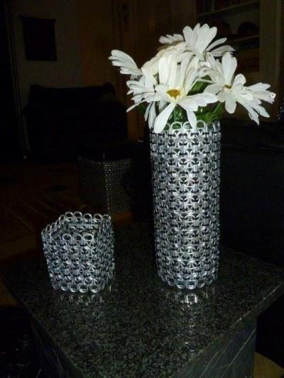 Vas bunga terbuat dari cincin-tarik kaleng minuman.