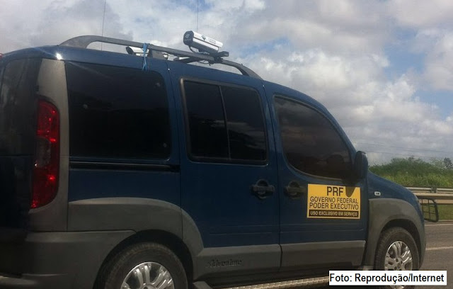 Radar móvel em carro da PRF aplicando multas