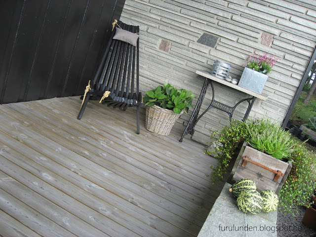 Inspirasjon til høstplanter i krukker - del 5. Fra sittegruppen på verandaen under tak i Furulunden.