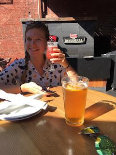 Prost! Bei noch sommerlichen Temperaturen gönnte ich mich ein herrliches Erfrischungsgetränk mit Grapefruitnote und Sprudel. Bier. © diekremserin on the go