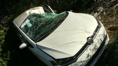 Acidente: Gol '0Km' sai da BR e colide com poste em Vargem Grande