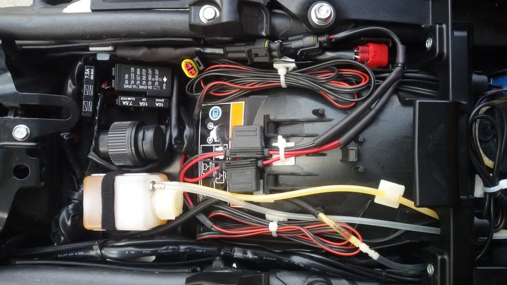 Honda CRF1000L Africa Twin: Zubehör IV: Kettenöler, Ladesteckdose, Navi