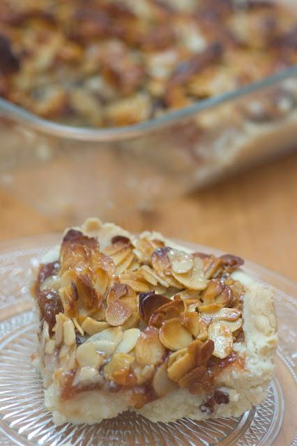 חיתוכיות תאנים וליקר קסיס בציפוי שקדים ודבש