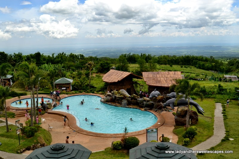 swimming pool at Campuestohan Highland Resort
