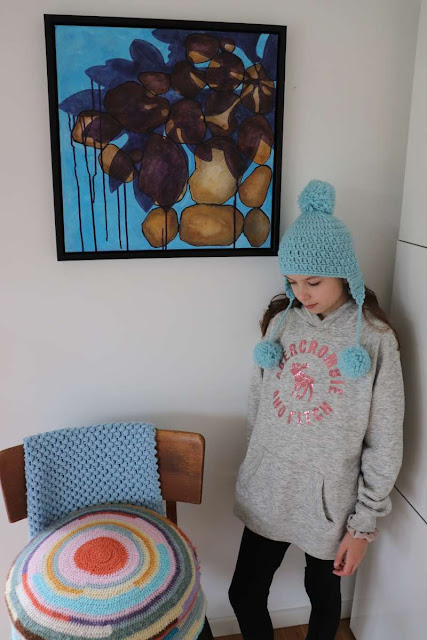 Hæklet hue med øreklapper og 10 årig pige