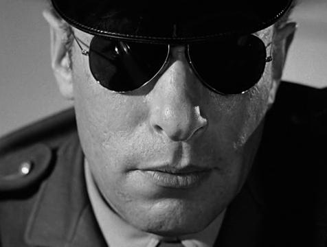 El oficial de patrulla de carreteras (Mort Mils) en Psicosis - Cine de Escritor
