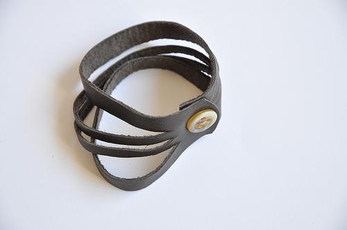 hacer una pulsera con cuero
