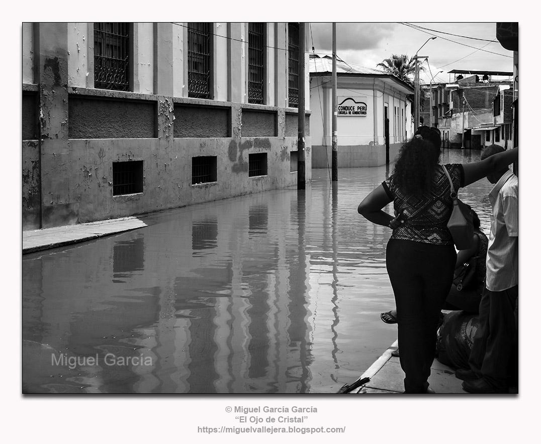 Piura (Perú). Calle Lima, reunión de vecinos.