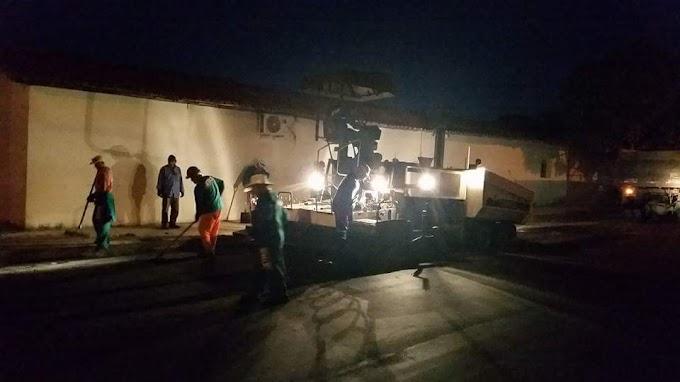 A TODO VAPOR: Em pleno feriado e no período noturno máquinas continuam o trabalho da nova pavimentação asfáltica em Chapadinha.