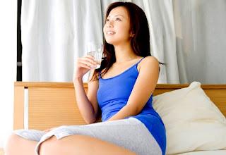 Manfaat Minum Air Putih Sebelum dan Setelah Bangun Tidur