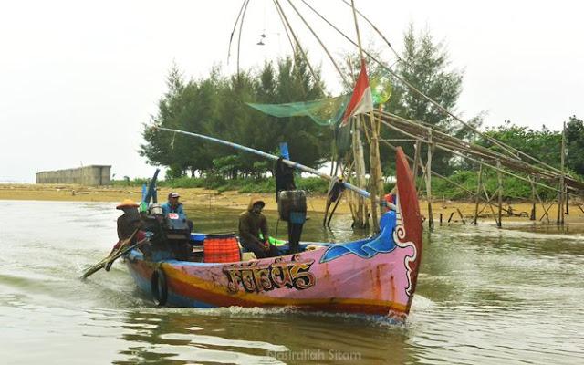 Kapal nelayan melewati pelawangan