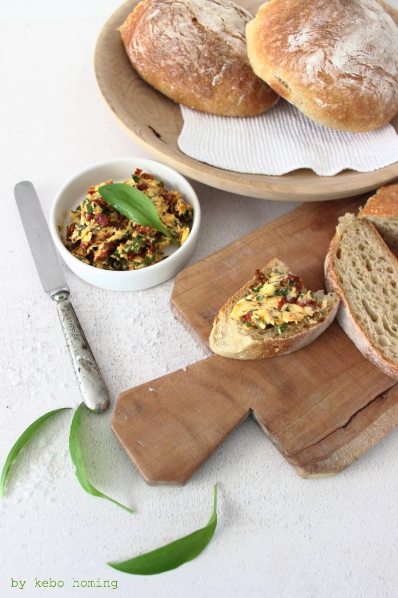 Selbstgebackenes Ciabatta Brot mit Bärlauch Tomaten Butter Brotrezept Aufstrichrezept auf dem Südtiroler Food- und Lifestyleblog kebo homing, Foodstyling & photography