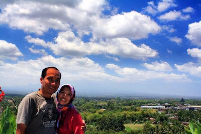 Wefie di Kawasan Candi Ratu Boko dengan background Candi Prambanan.